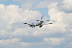 Paisaje divino con el vuelo en el cielo Boeing 737 líneas aéreas UTair de VQ-BIG Foto de archivo