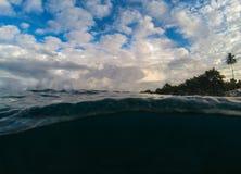 Paisaje doble con el mar y el cielo Por encima y por debajo de la línea de flotación en costa tropical Imágenes de archivo libres de regalías