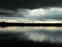 Paisaje dramático con el lago imagen de archivo
