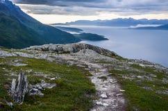 Paisaje dramático de las montañas y del mar con el cielo nublado en Troms, Noruega septentrional, Escandinavia, Europa Imágenes de archivo libres de regalías