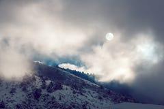Paisaje dramático del pictersque de las montañas nevosas del invierno cubiertas Imagenes de archivo