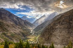 Paisaje dramático en las montañas de Himalaya Fotografía de archivo libre de regalías