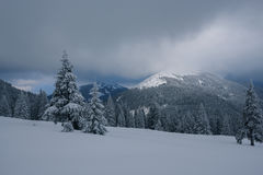 Paisaje dramático - tarde del invierno en las montañas en la víspera Imágenes de archivo libres de regalías