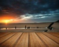 Paisaje dramático hermoso de la puesta del sol sobre naufragio en Rhosilli B Fotografía de archivo libre de regalías