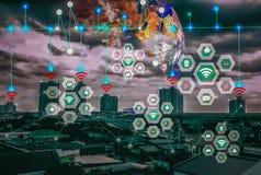 Paisaje elegante de la ciudad, Internet medio y inalámbrico del mundo de IOT del wor moderno futuro de la conveniencia del concep foto de archivo libre de regalías