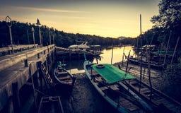 Paisaje en el embarcadero con muchos barco de pesca Foto de archivo libre de regalías