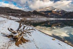 Paisaje en el lago de la monta?a fotografía de archivo libre de regalías