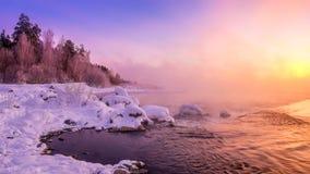 Paisaje en el río con la niebla, Rusia, Ural de la mañana del invierno Imagen de archivo