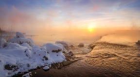 Paisaje en el río con la niebla, Rusia, Ural de la mañana del invierno Fotos de archivo