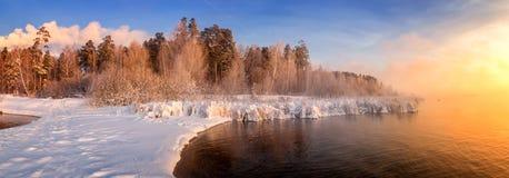 Paisaje en el río con la niebla, Rusia, Ural de la mañana del invierno Fotografía de archivo