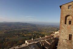 Paisaje en la niebla de la madrugada, Italia de Toscana Foto de archivo libre de regalías