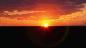 Paisaje en la puesta del sol almacen de metraje de vídeo