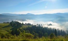 Paisaje en las montañas con mañana brumosa Imagen de archivo libre de regalías