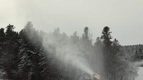 Paisaje en las montañas coronadas de nieve durante una ventisca almacen de metraje de vídeo