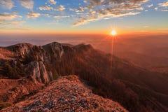 Paisaje en las montañas de Buila Vanturarita, Rumania de la montaña Foto de archivo