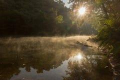 Paisaje enigmático de la niebla en el río en la sol Fotos de archivo libres de regalías