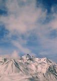 Paisaje entonado de las montañas del invierno en el día ventoso Fotografía de archivo libre de regalías