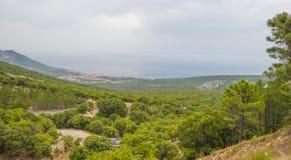 Paisaje escénico de colinas verdes y de montañas rocosas de la isla de Cerdeña imágenes de archivo libres de regalías