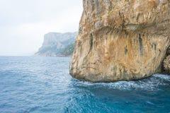 Paisaje escénico de colinas verdes y de montañas rocosas de la isla de Cerdeña imagenes de archivo