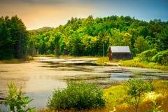 Paisaje escénico de la cabina de madera lateral del río imagenes de archivo