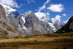 Paisaje escénico de la montaña en los Andes peruanos Fotos de archivo