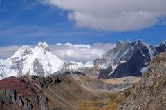 Paisaje escénico de la montaña en los Andes peruanos Foto de archivo