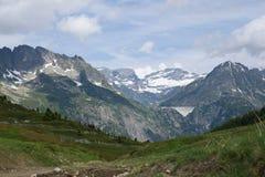 Paisaje escénico de las montañas francesas Montañas y prado Foto de archivo libre de regalías