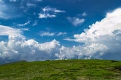 Paisaje escénico de las montañas Nubes blancas contra el cielo azul con s Imagen de archivo