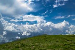 Paisaje escénico de las montañas Nubes blancas contra el cielo azul con s Foto de archivo libre de regalías
