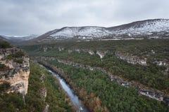 Paisaje escénico del barranco del río Ebro el la estación del invierno en Burgos Imagen de archivo libre de regalías