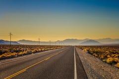 Paisaje escénico del camino en el parque nacional de Death Valley imagen de archivo
