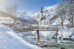 Paisaje escénico del invierno con la iglesia del peregrinaje en las montañas Fotos de archivo libres de regalías