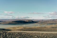 paisaje escénico hermoso con los pilones de la electricidad fotos de archivo libres de regalías