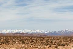 Paisaje escénico a lo largo de la ruta anterior de la caravana entre el Sáhara y la Marrakesh en Marruecos con la cordillera neva foto de archivo