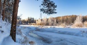 Paisaje escarchado de la mañana del invierno con el río de la niebla y del bosque, Rusia, Ural Foto de archivo