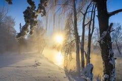 Paisaje escarchado de la mañana del invierno con el río de la niebla y del bosque, Rusia, Ural Imágenes de archivo libres de regalías