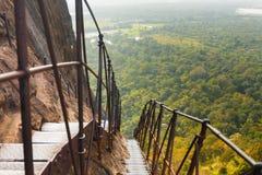 Paisaje escarpado de las escaleras del metal de la roca de Sigiriya abajo Foto de archivo