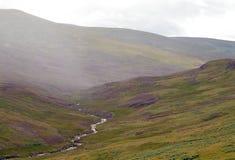 Paisaje escocés abandonado de la montaña en niebla Fotografía de archivo