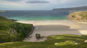 Paisaje escocés con la playa y el océano montañas escocia Fotos de archivo
