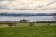 Paisaje escocés del castillo de la negrura y del brazo de mar de adelante Fotografía de archivo