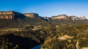 Paisaje español hermoso: acantilados escarpados sobre el depósito de Sau cerca de Tavertet en Cataluña Reflexión del agua de las  imágenes de archivo libres de regalías