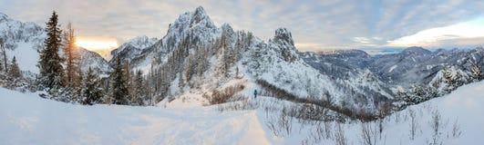 Paisaje espectacular de la montaña del invierno iluminado por el sol poniente imagen de archivo