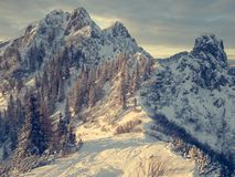 Paisaje espectacular de la montaña del invierno iluminado por el sol poniente fotos de archivo