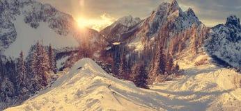 Paisaje espectacular de la montaña del invierno iluminado por el sol poniente fotos de archivo libres de regalías