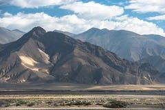 Paisaje espectacular de la montaña en el campo bajo del monte Everest Foto de archivo