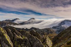 Paisaje espectacular de la montaña en las montañas, con el mar de nubes Foto de archivo
