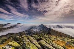 Paisaje espectacular de la montaña en las montañas, con el mar de nubes Imágenes de archivo libres de regalías