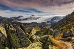 Paisaje espectacular de la montaña en las montañas, con el mar de nubes Fotos de archivo