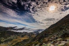 Paisaje espectacular de la montaña en las montañas, con el mar de nubes Fotografía de archivo libre de regalías