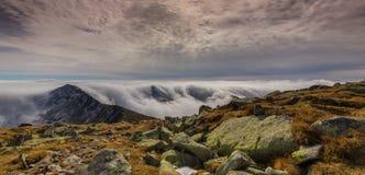 Paisaje espectacular de la montaña en las montañas, con el mar de nubes Imagenes de archivo